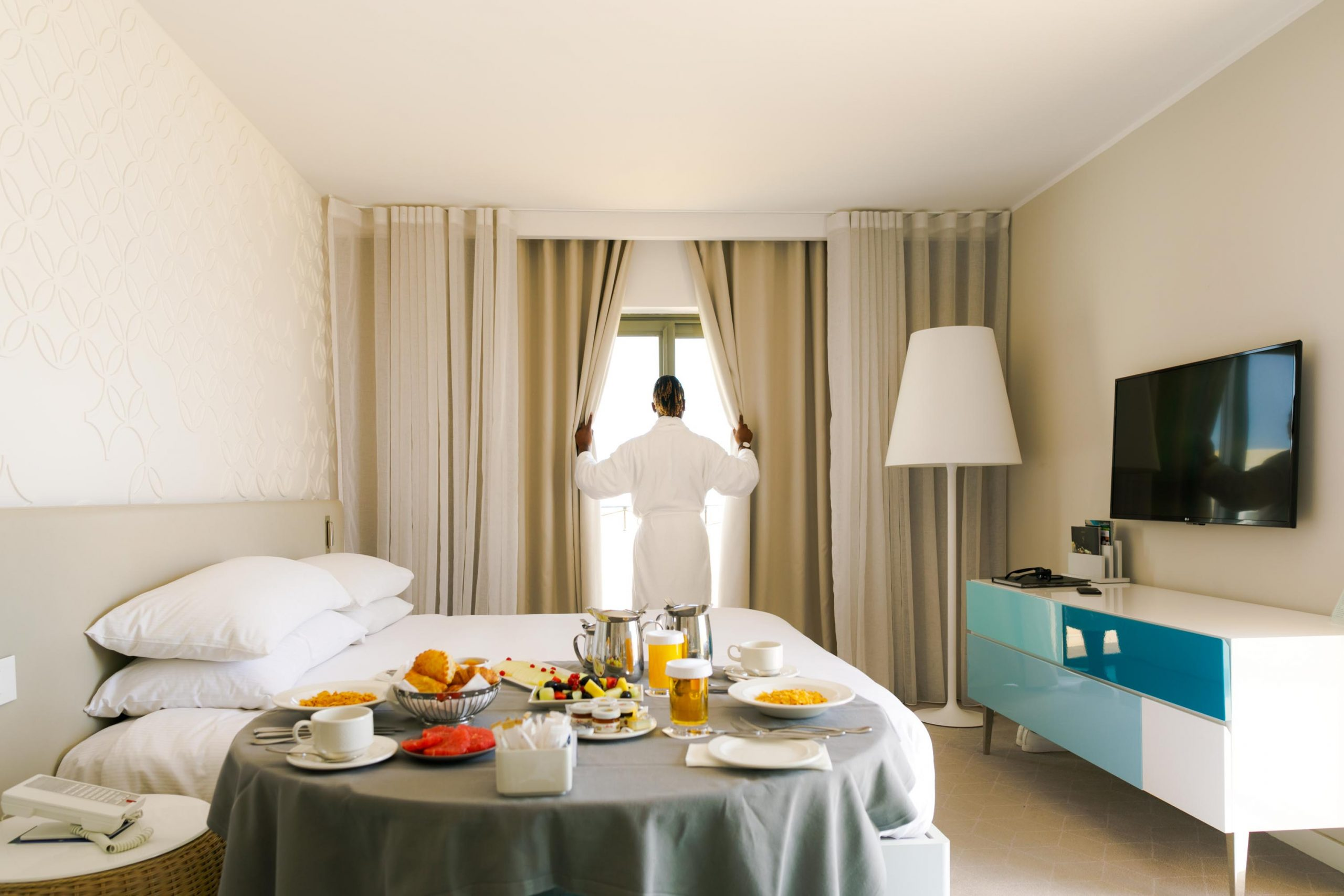 luxury hotel review hilton hilton bedroom scaled